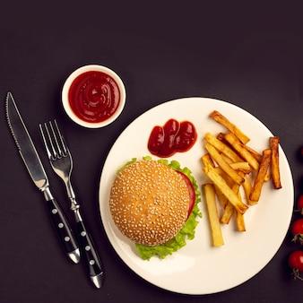 Draufsichtburger und pommes-frites auf einer platte