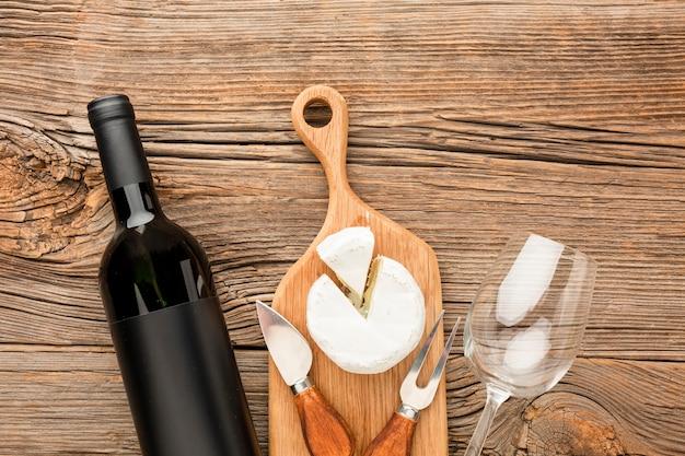 Draufsichtcamembert auf hölzernem schneidebrettwein und -glas