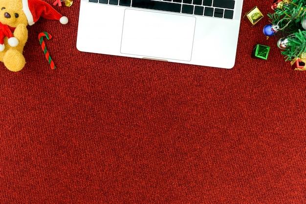 Draufsichtcomputer und -telefon für geschäftskonzept mit weihnachtsfestivalthemahintergrund.