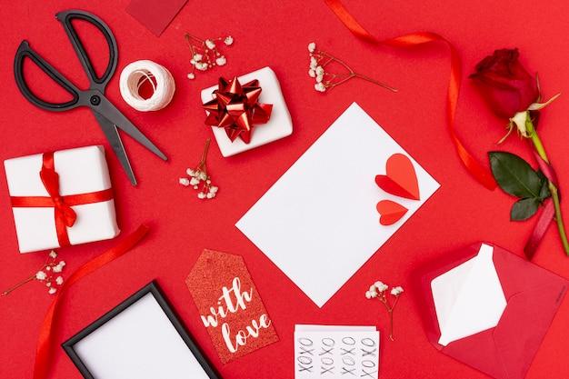 Draufsichtdekoration mit elementen für valentinstag