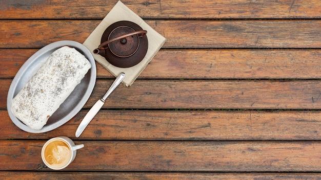 Draufsichtdekoration mit frühstück und hölzernem hintergrund