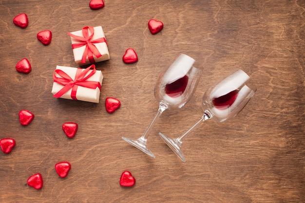 Draufsichtdekoration mit herzen formte süßigkeiten und geschenke