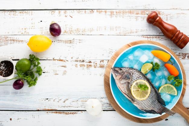 Draufsichtdekoration mit köstlichen fischen und hölzernem hintergrund