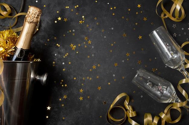 Draufsichtdraufsichtflasche mit champagner und gläsern