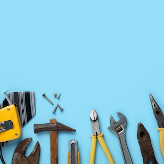 Draufsichtentwurfskonzept des vatertags und des arbeitstages mit arbeitswerkzeugen auf blauem hintergrund.