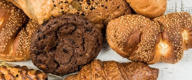 Draufsichtfahne bäckerei auf holzhintergrund
