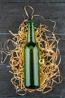 Draufsichtflaschen bier auf dunklem hintergrund trinken limonade farbfotoalkohol