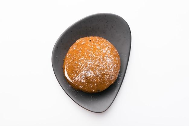 Draufsichtfoto des köstlichen kuchens über weißer wand