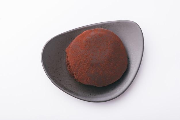Draufsichtfoto des leckeren schokoladenkuchens über weißer oberfläche