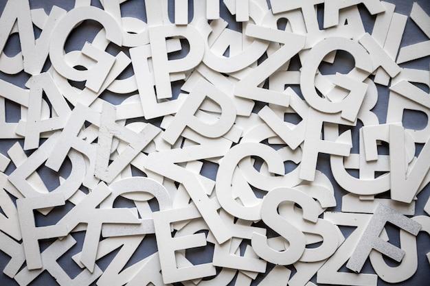 Draufsichtfoto des mischbuchstabenstapels