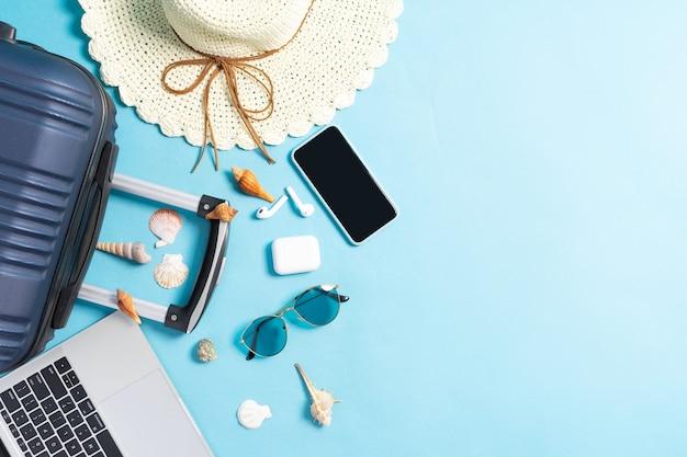 Draufsichtfoto des strandzubehörs auf einem blauen hintergrund
