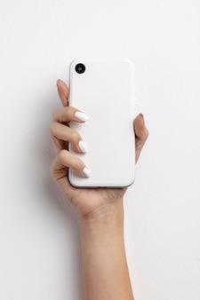 Draufsichtfrau, die einen smartphone hält