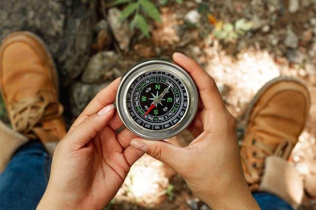 Draufsichtfrau, die kompass hält