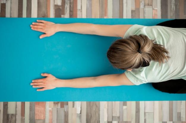 Draufsichtfrau, die yogaübungen macht