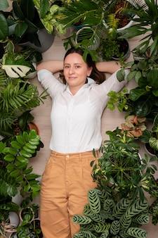 Draufsichtfrau mit pflanzenrahmen