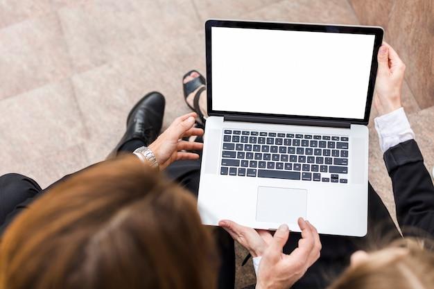 Draufsichtfrau und -mann, die laptop halten