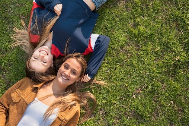 Draufsichtfrauen gelegt auf gras