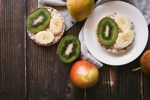 Draufsichtfruchtfrühstück auf hölzernem hintergrund