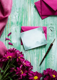 Draufsichtfrühlingsblumen und grußkarte