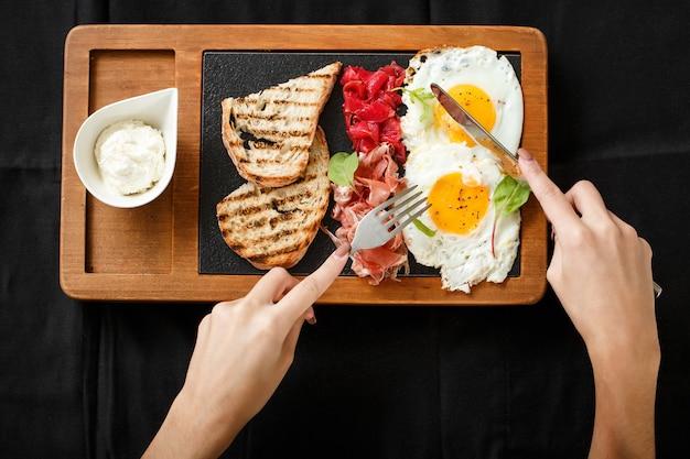 Draufsichtfrühstückseier und toastjamon und -käse