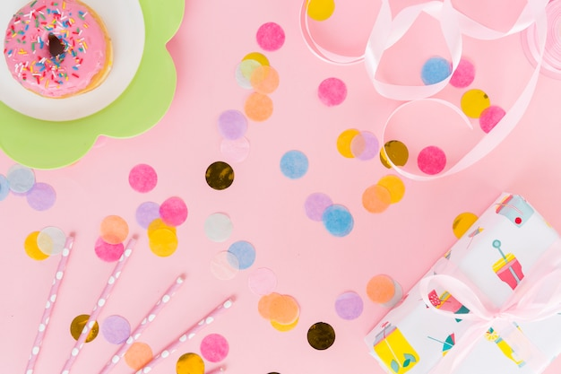 Draufsichtgeburtstagselemente mit konfetti