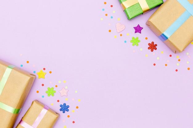 Draufsichtgeburtstagsrahmen mit geschenken und kopieraum
