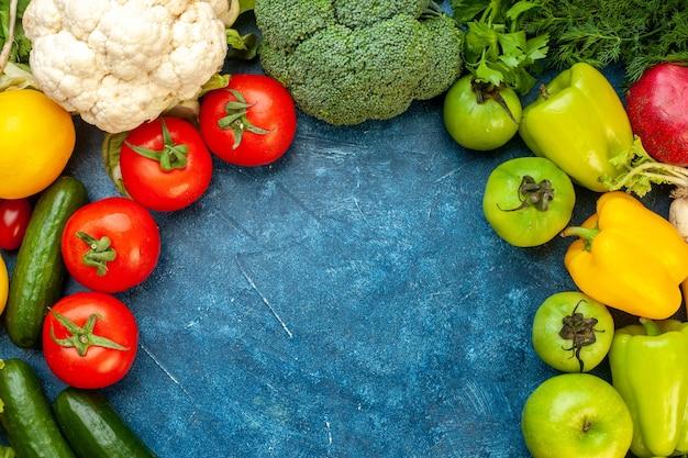 Draufsichtgemüsezusammensetzung mit frischen früchten auf blauem tisch