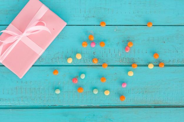 Draufsichtgeschenke mit bunten bonbons