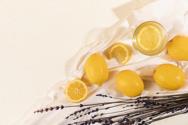 Draufsichtglas mit limonade und lavendel dazu