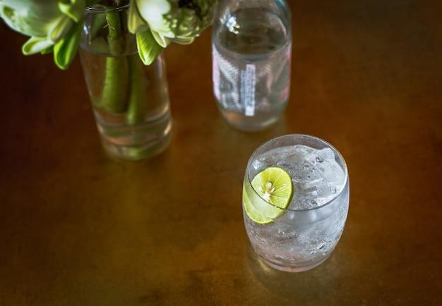 Draufsichtglas oder frisches mineralwasser mit limettenscheibe