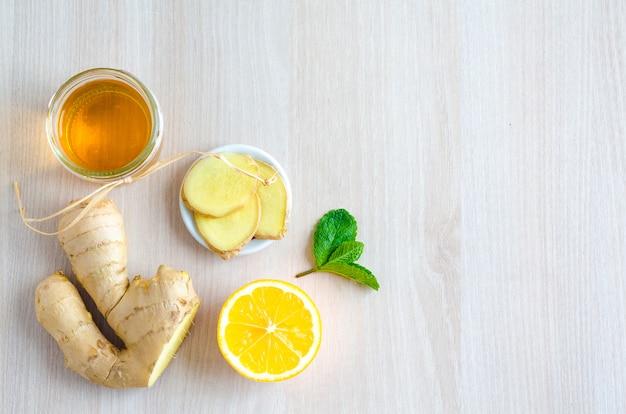 Draufsichthälften von zitrusfrüchten und -produkten mit vitamin c auf hellem hölzernem hintergrund