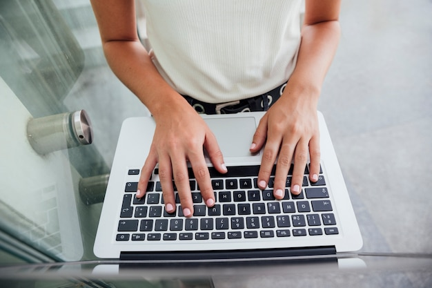 Draufsichthände auf laptoptastatur