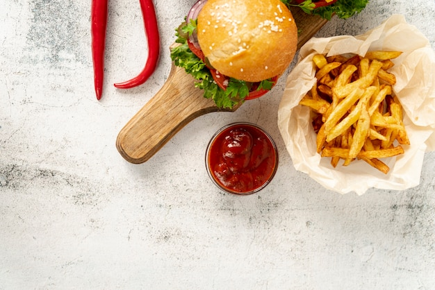 Draufsichthamburger mit pommes-frites