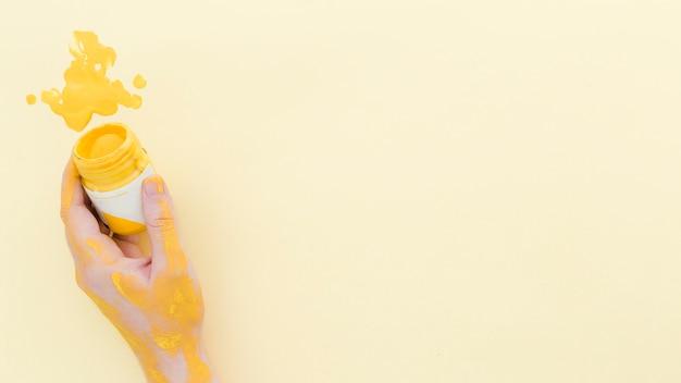 Draufsichthand, die aquarellfarbe mit kopienraum hält