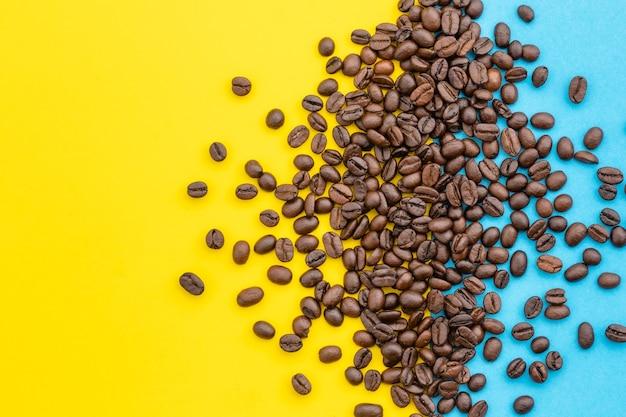 Draufsichthaufen des kaffeekorns. kaffee- und lebensmittelkonzept