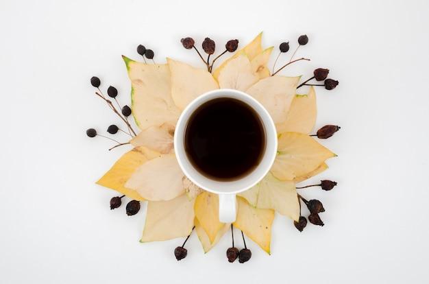 Draufsichtherbstlaub mit kaffee