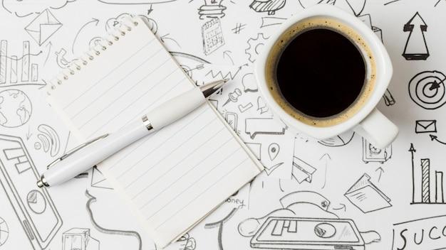Draufsichtkaffee auf papel voll von gekritzeln