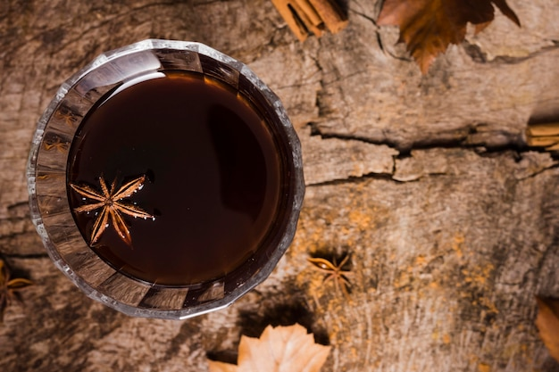Draufsichtkaffee im glas mit sternanis