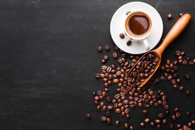Draufsichtkaffee mit bohnen auf dem tisch