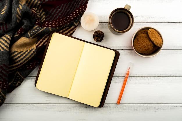 Draufsichtkaffee und notizblockhintergrund