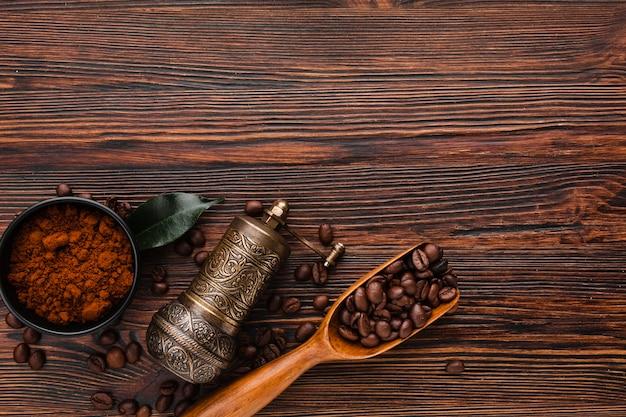 Draufsichtkaffeeschaufel mit gerösteten bohnen
