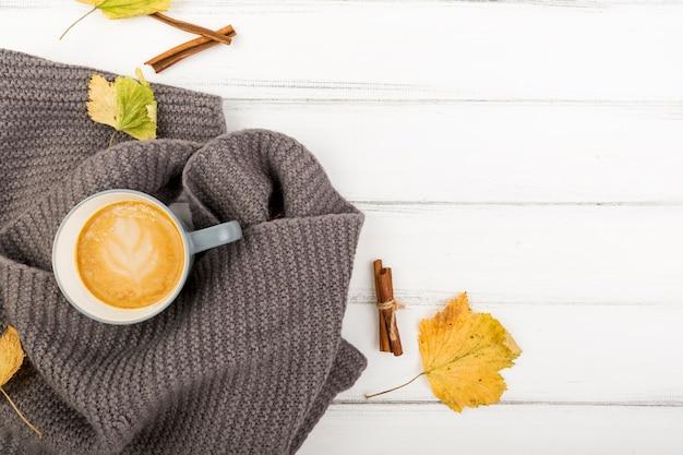 Draufsichtkaffeetasse auf einem tuch mit kopienraum