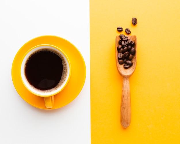 Draufsichtkaffeetasse mit schaufel