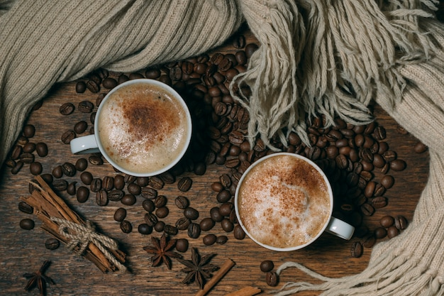 Draufsichtkaffeetassen mit gebratenen bohnen
