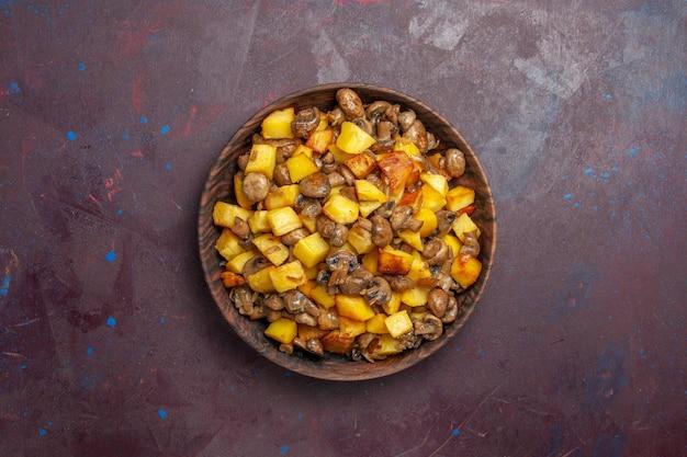 Draufsichtkartoffeln mit pilzen bratkartoffeln mit pilzen in einer braunen schüssel auf violettem hintergrund