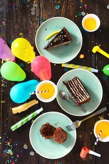 Draufsichtkindergeburtstagstabelle der schokoladenkuchendekorationspartei festliches lebensmittel