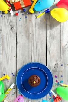 Draufsichtkindergeburtstagstabelle feldschokoladenmuffin-wunderkerzengeschenk-dekorationspartei