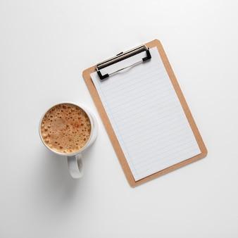 Draufsichtklemmbrett mit kaffeetasse