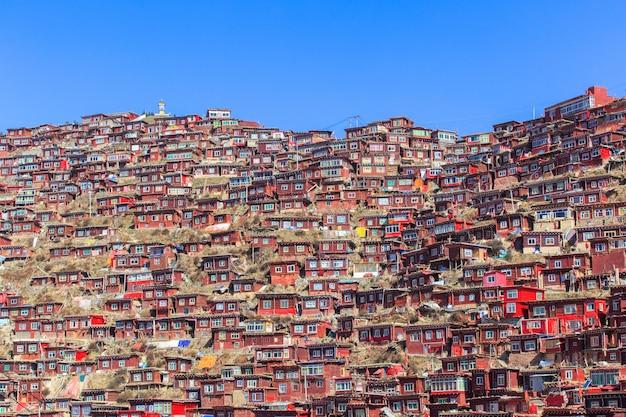 Draufsichtkloster bei larung gar (buddhistische akademie) am sonnenscheintag und am hintergrund ist blauer himmel, sichuan, china