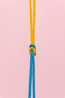 Draufsichtknoten auf rosa hintergrund